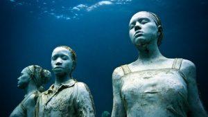 Jason deCaires Taylor, oeuvres intitulée Vicissitudes réalisée en 2007, 26 statues de jeunes femmes et jeunes hommes, source : website de l'artiste