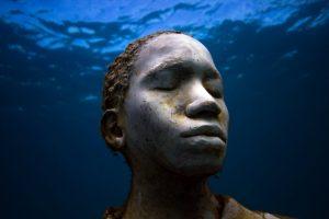 Jason deCaires Taylos, oeuvres intitulée Vicissitudes réalisée en 2007, 26 statues de jeunes femmes et jeunes hommes, source : website de l'artiste