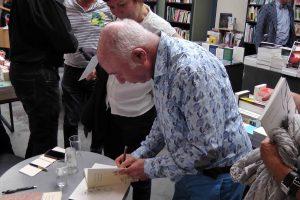 Jacques SoJcher dédicaçant dans la librairie La Licorne à Bruxelles