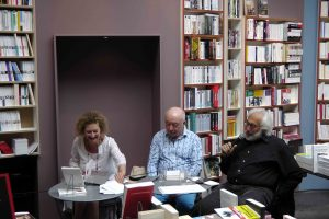 Rachel Silski (peintre), Jacques Sojcher (poète), Richard Kenigsman (peintre) dans la librairie La Licorne à Bruxelles, vagabondssanstreves.com