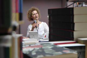 Rachel Silski (peintre), parle de ses dessins dans le recueil Très Doucement dans la librairie La Licorne à Bruxelles, vagabondssanstreves.com