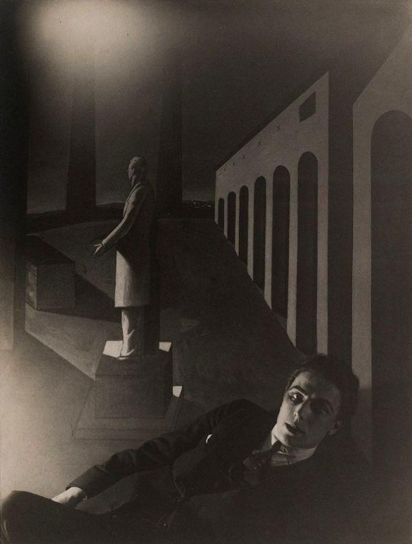 Man Ray, André Breton devant L'énigme d'une journée de Giorgio de Chirico, 1922, pinterest.com